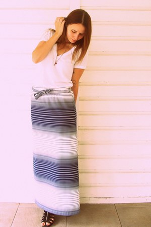 navy striped maxi Playground Love Vintage skirt - white basic v-neck Forever 21