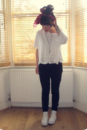 detail H&M top - Levis jeans - floral vintage scarf - Converse sneakers