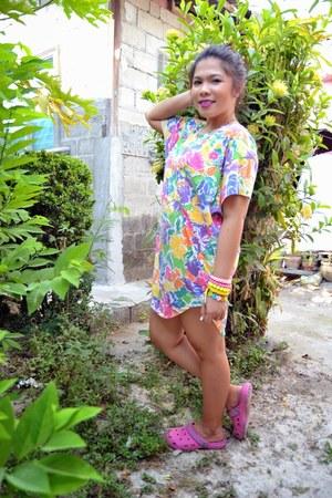 hot pink t shirt dress dress - bubble gum crocs sandals