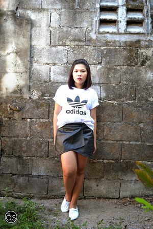 white accent shirt - white tennis H&M sneakers - black origami skirt