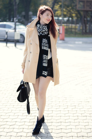 Takko fashion scarf - Romwecom coat - Romwecom shorts