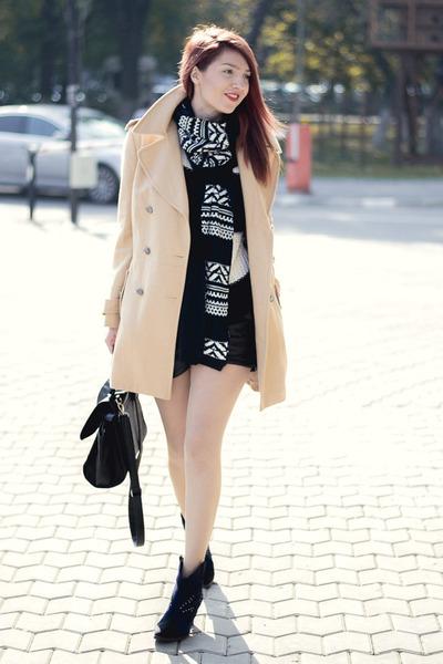 Takko fashion scarf - Romwecom coat - Romwecom shorts