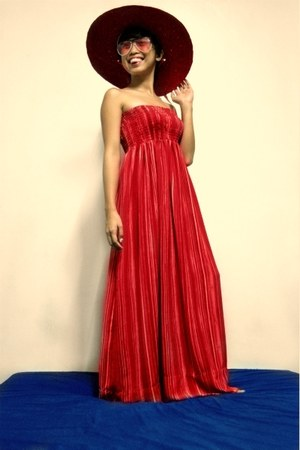ruby red maxi dress - ruby red hat - salmon sunglasses