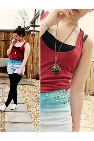 sky blue Sweet Monday shorts - brick red H&M vest