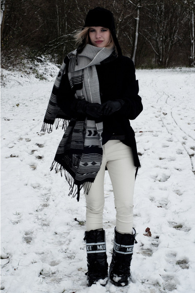 black Moon Boot boots - black Zara coat - black UGG accessoires hat