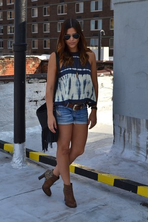tie dye free people top - Kenneth Cole boots - aviator ray-ban sunglasses