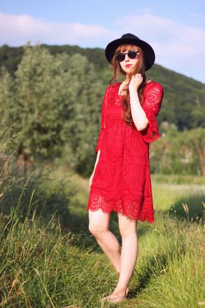 ruby red Dressgal dress - black H&M sunglasses