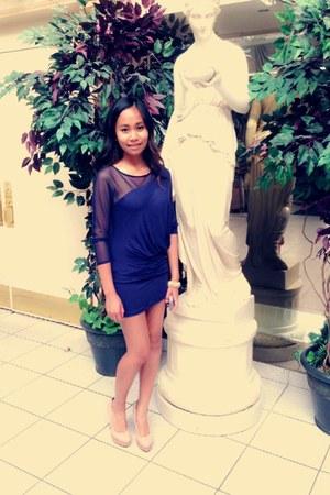blue mesh cotton BCBG dress - peach heels