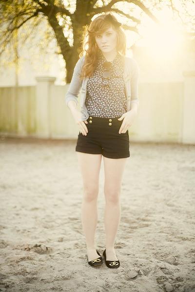 black H&M shorts - black unknown shoes - beige UO accessories - blue f21 blouse