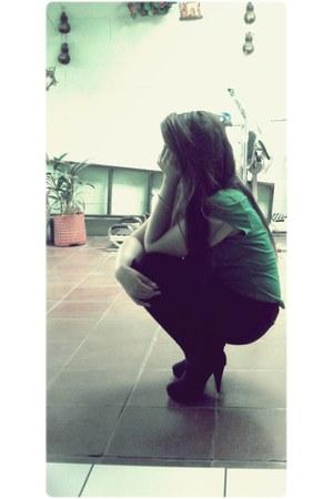 black boots - dark green Arizona shirt - black pants