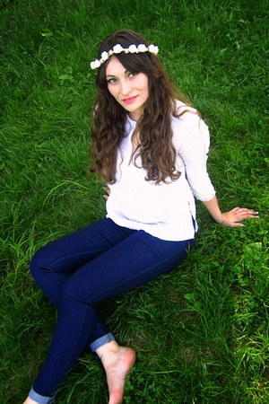 navy New Yorker jeans - white Floronite hair accessory - white Bershka blouse