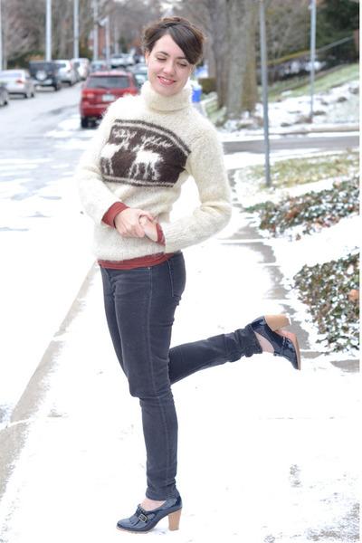 cream vintage sweater - navy jeans - navy Kurt Geiger heels