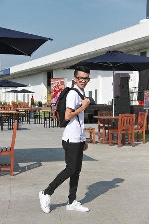 black Herschel bag - white H&M shirt - white Adidas sneakers