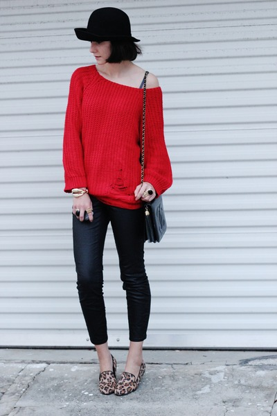 red Romwecom sweater - gold OASAP ring