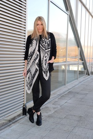 black ankle boots Bershka boots - off white H&M scarf - black Zara bag