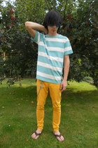 mustard New Yorker jeans - light blue New Yorker t-shirt