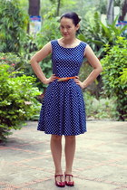 navy polka dot dress - carrot orange belt - ruby red heels