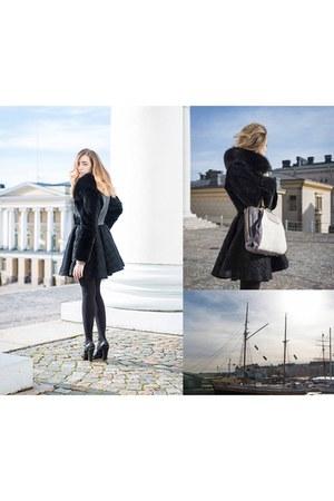 black Samantha De Reviziis coat - black leather Prada heels