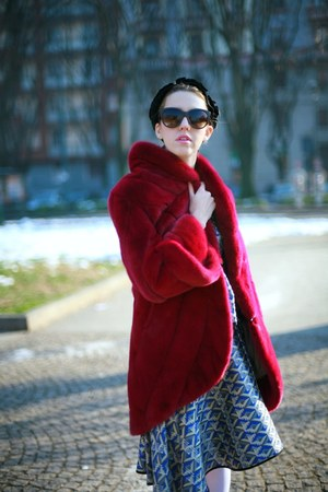 brick red fur mink Carlo Ramello coat - black Dolce &amp; Gabbana sunglasses