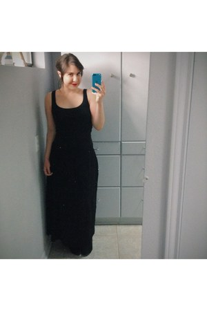 black wool maxi skirt vintage skirt - black suede boots - black tank t-shirt
