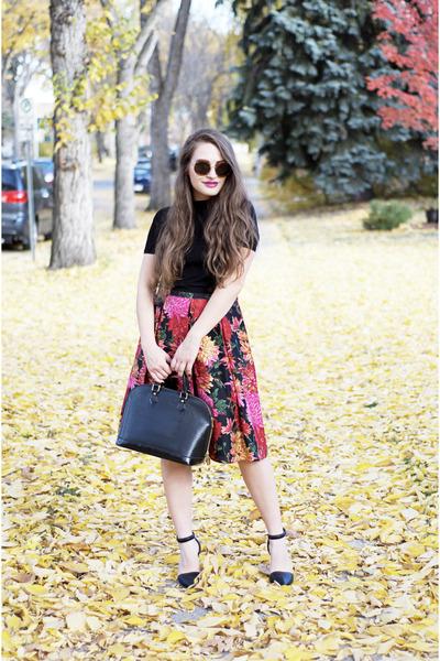 black epi leather Louis Vuitton bag - black The Row sunglasses