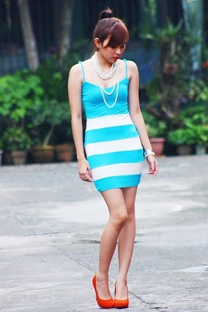 turquoise blue bodycon dress - carrot orange suede pumps
