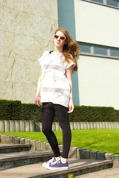 pink H&M t-shirt - black H&M leggings - blue tesco shoes - silver pull&bear neck