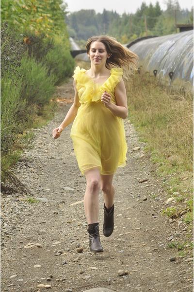 light yellow 1950s dress