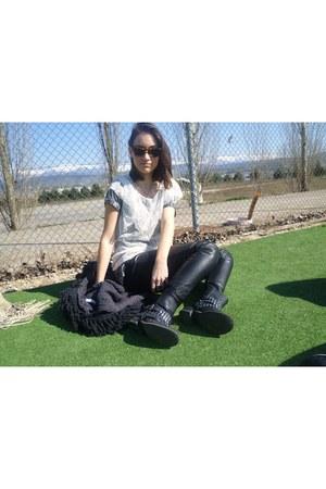 Tally Wjeil boots - Zara t-shirt