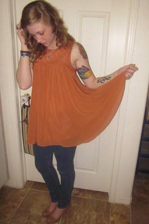 burnt orange blouse - navy jeans - tan heels - aquamarine earrings