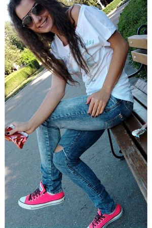 hot pink Converse sneakers - pull&bear jeans - white pull&bear t-shirt