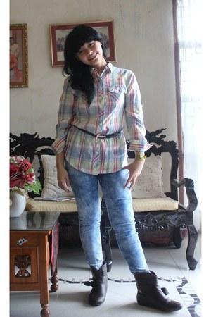 off white shirt - dark brown boots - blue jeans - black belt