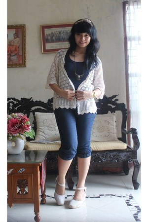 wedges - jeans - cardigan - t-shirt - accessories - necklace