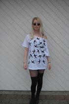 white DIY Miu Miu t-shirt - black John Lennon Shades sunglasses