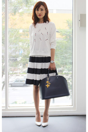 white Mood & Closet sweater - navy Louis Vuitton bag