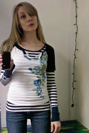blue hollister shirt - white shirt - blue jeans - brown Ugg boots
