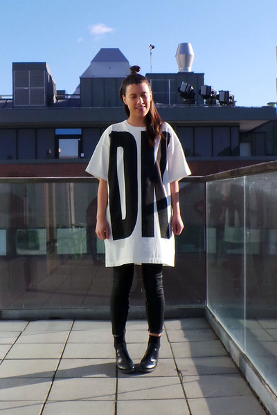 white DKNY t-shirt - black acne boots - black Zara pants