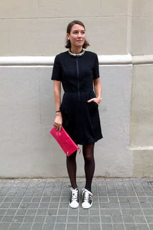 black structured & other stories dress - red leather clutch Topshop bag