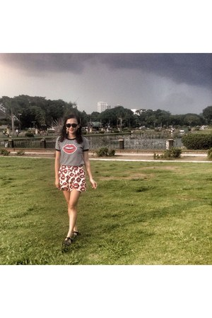 black shoes - red kisses short shorts - black kiss stripes top