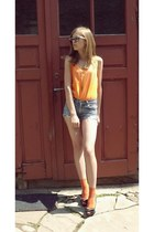 orange random brand top - RANDOM BAND shorts - black Vero Donna heels