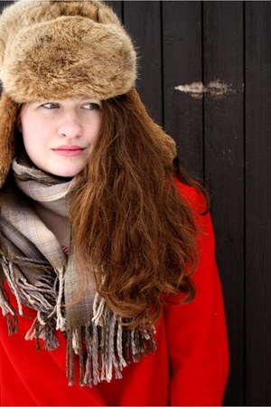 red vintage coat - black H&M jeans - brown vintage hat - nude Orsay scarf