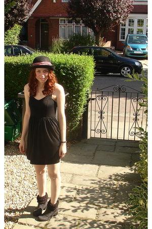 black Sparkle & Fade dress - black Clarks shoes - black hat
