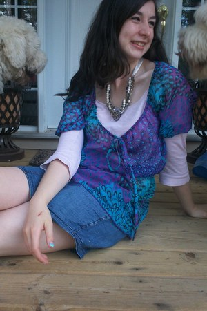 nude Spring sandals - purple peacock print Smart Set shirt