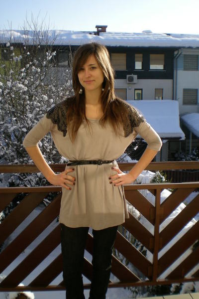 beige H&M shirt