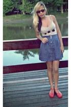 red plastico Melissa Aranha shoes - beige thali shirt - blue Complot skirt - bro