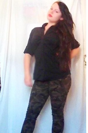 dark green military jeans - black shirt