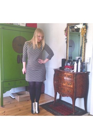 charcoal gray 60s Monki dress - black black and white Lola Ramona boots