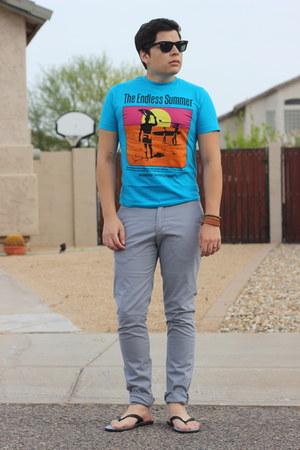 black Salvatore Ferragamo sandals - turquoise blue cotton Aeropostale shirt