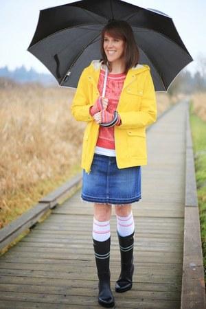 navy rainboots Tommy Hilfiger boots - yellow raincoat Gap jacket