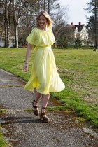 yellow midi vintage dress - dark brown free people clogs